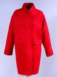 Rode modieuze die laag met zakken op grijze achtergrond worden geïsoleerd Bovenkleding, inzameling van de lente van 2017 Stock Fotografie