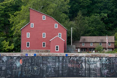Rode Molen achter een Muur van Graffiti Royalty-vrije Stock Foto's