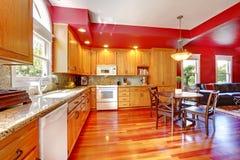 Rode mooie grote keuken met kersenhardhout. Royalty-vrije Stock Afbeelding
