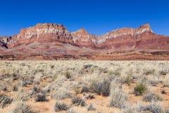 Rode multicoloured zandsteenbergen en droge struiken in Glen Canyon National Recreation Area royalty-vrije stock foto's