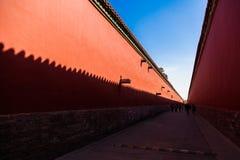 Rode muren met gele tegels op de bovenkant aan elke kant van een weg in de Verboden Stad, Peking royalty-vrije stock foto's