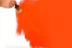 Rode muur die wordt geschilderd stock afbeelding