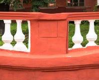Rode muur en kolommen voor textuur of achtergrond Stock Afbeeldingen