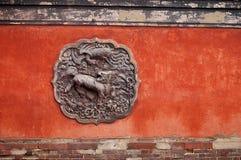 Rode muur met beeldhouwwerk Royalty-vrije Stock Fotografie