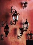 Rode muur met lampen Stock Foto