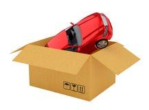Rode nieuwe auto in open kartondoos stock foto