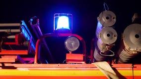 Rode noodsituatie opvlammende lichten van een brandvrachtwagen Bij nacht stock footage
