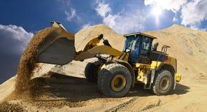 Rode o carregador em um poço de cascalho durante a mineração - construção pesada fotografia de stock