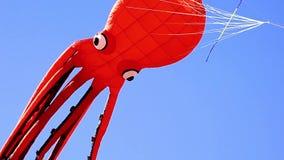 Rode octopus gevormde vlieger stock footage