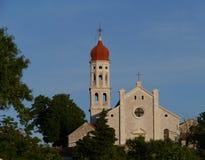 Rode oion vormde toren van een kerk royalty-vrije stock foto