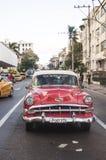 Rode oldtimer Cubaanse auto op de straat Royalty-vrije Stock Foto's