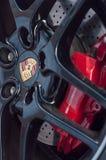 rode onderbreking op wiel van Porsche-sportwagen Stock Foto's