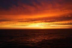 Rode onweerswolken over het overzees royalty-vrije stock foto's