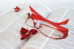 Rode oogglazen op woordenboekpagina Royalty-vrije Stock Foto