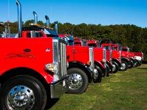 Rode op een rij geparkeerde vrachtwagens Stock Foto's