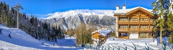 RODE OPEN PLEK, SOTCHI, RUSLAND - JANUARI 31, 2016: Skiërs die op de hellingen van het ski?en complexe ` GAZPROM ` ski?en Royalty-vrije Stock Afbeeldingen