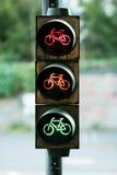 Rode, oranje en groene kleur bij verkeersteken Stock Afbeelding
