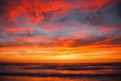 Rode oranje hemel over overzees Royalty-vrije Stock Foto's