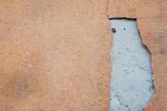 Rode oranje muur met barsten, textuurachtergrond stock afbeeldingen
