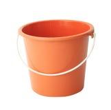 Rode of oranje plastic die emmer op wit wordt geïsoleerd Stock Foto's