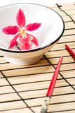Rode orchidee en sushireeks Stock Afbeelding