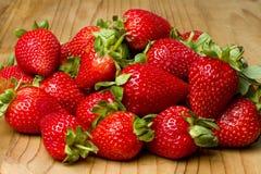 Rode organische aardbeien Stock Afbeeldingen