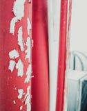 Rode oude geschaafde verfpijp op het dak stock afbeeldingen