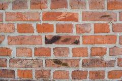 Rode oude langzaam verdwenen bakstenenachtergrond met gebreken en spleten royalty-vrije stock afbeeldingen