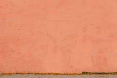 Rode oude muur met crackes achtergrondtextuur Stock Foto's