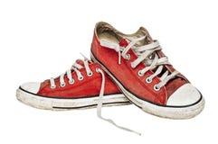 Rode oude retro tennisschoenen Stock Fotografie