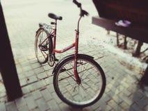 Rode oude roestige fiets Polen stock afbeelding