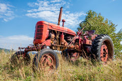 Rode oude roestige tractor Royalty-vrije Stock Fotografie