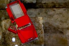 Rode oude vrachtwagen royalty-vrije stock afbeeldingen