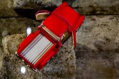 Rode oude vrachtwagen royalty-vrije stock foto's