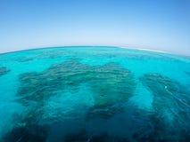 Rode Overzeese Ertsader en Zandstrook met Blauwe Hemel stock fotografie