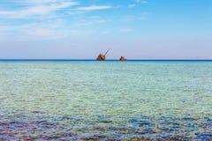 Rode Overzeese kust, ertsader en gesloopt schip in het Nationale Park van Nabq Beroemde reisdestionation in woestijn Sjeik van Sh stock foto's