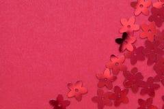 Rode paletten in de vorm van bloemen op een rode achtergrond stock foto's