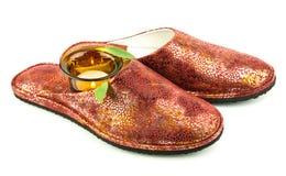 Rode pantoffels met kaars stock foto