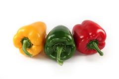 Rode paprika, groen, geïsoleerd geel Stock Foto