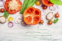Rode paprika met scherpe hoogste, klaar voor het vullen en smakelijke kokende ingrediënten op witte rustieke houten achtergrond,  Royalty-vrije Stock Afbeelding