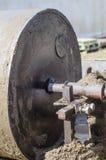 Rode para pressionar a lama aos tijolos feitos da lama Imagens de Stock
