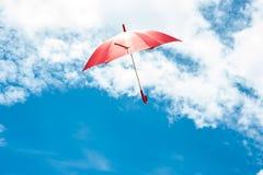 Rode Paraplu met Blauwe Hemel Royalty-vrije Stock Foto's