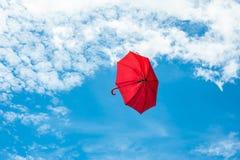 Rode Paraplu met Blauwe Hemel Stock Afbeeldingen