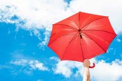 Rode Paraplu met Blauwe Hemel Royalty-vrije Stock Foto