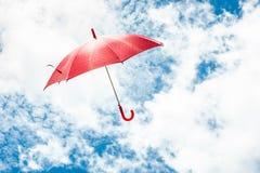 Rode Paraplu met Blauwe Hemel Royalty-vrije Stock Afbeelding