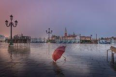 Rode paraplu in regenachtige vroege ochtend in Venetië royalty-vrije stock foto