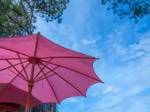 Rode paraplu tegen de blauwe hemel Royalty-vrije Stock Fotografie