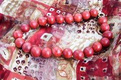 Rode parelhalsband op een zijdesjaal Royalty-vrije Stock Afbeeldingen