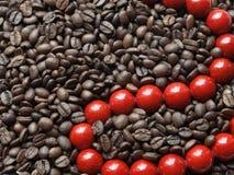 Rode parels in bruine bonen Stock Foto