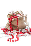 Rode parels en sneeuwvlokken in een zak Royalty-vrije Stock Foto's